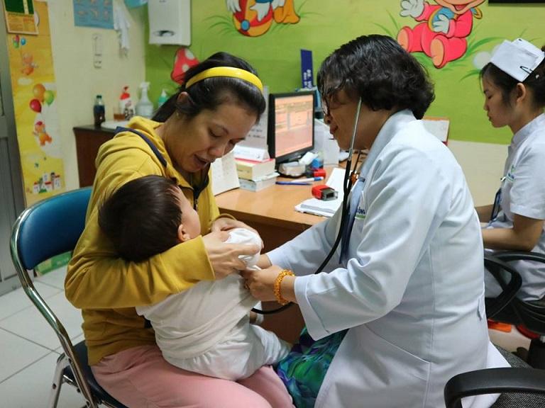 Bác sĩ tại khoa Nhi tham gia khám chữa bệnh