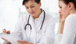 Bác sĩ tại khoa nội đang khám bệnh cho bệnh nhân