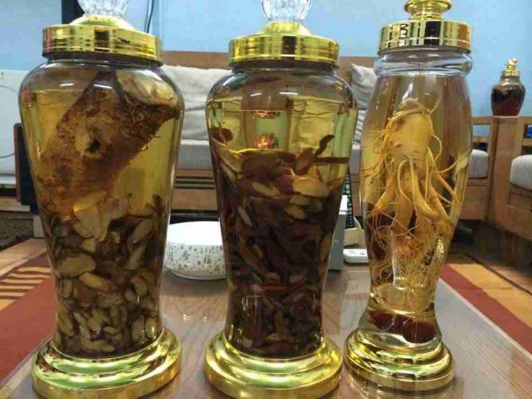 Sử dụng các vị thuốc từ Đông y để ngâm rượu trị phong thấp
