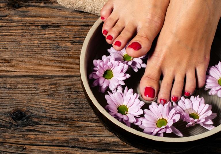 Bài thuốc ngâm chân trị phong thấp bằng hoa cúc