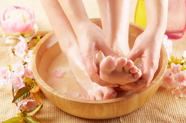 Bài thuốc ngâm chân trị phong thấp bằng muối ấm