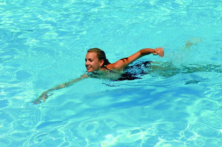 Bơi lội là bộ môn khá tốt cho người bị phong thấp