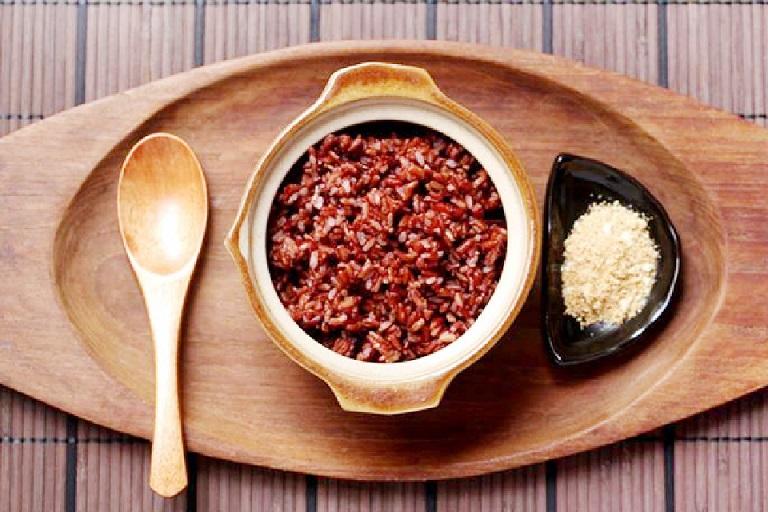 Chữa thoái hóa khớp bằng gạo lứt rang
