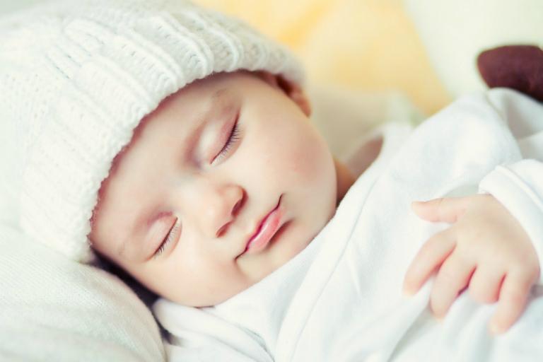 trẻ sơ sinh cần được giữ ấm để tránh cảm lạnh, còn mùa hè thì sao?