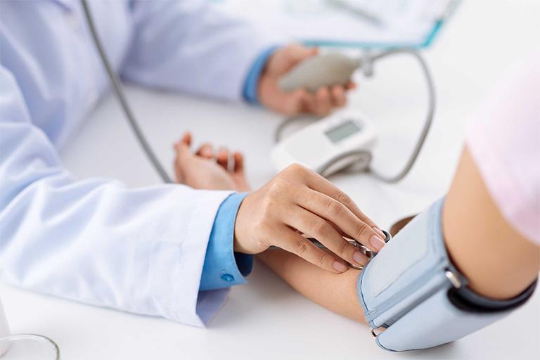 Thường xuyên kiểm tra huyết áp, nhịp tim, xét nghiệm máu tại các cơ sở y tế