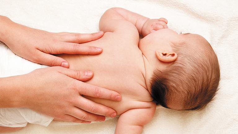 Sử dụng tinh dầu tràm Lava massege toàn thân cho trẻ