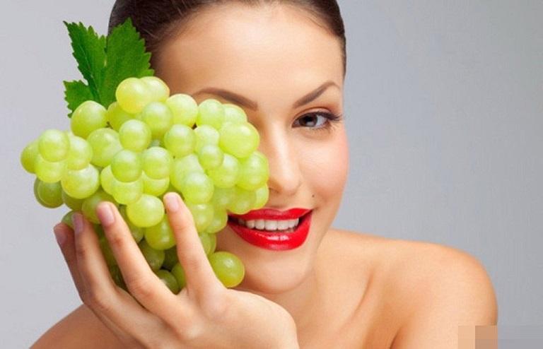 Ăn nho giúp cung cấp nước cho làn da