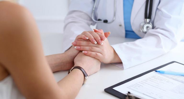 Tại phòng khám, lương y Trương Tuyết Nhung trực tiếp khám và điều trị bệnh trĩ.