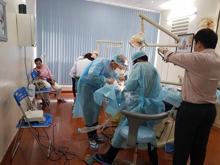 Bác sĩ đang thực hiện thẩm mỹ nha khoa cho khách hàng
