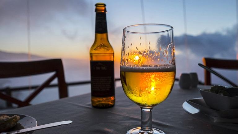 Sỏi thận uống bia được không?