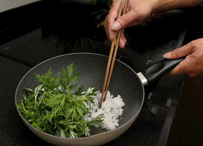 Cách trị thoát vị đĩa đệm bằng ngải cứu và muối hạt