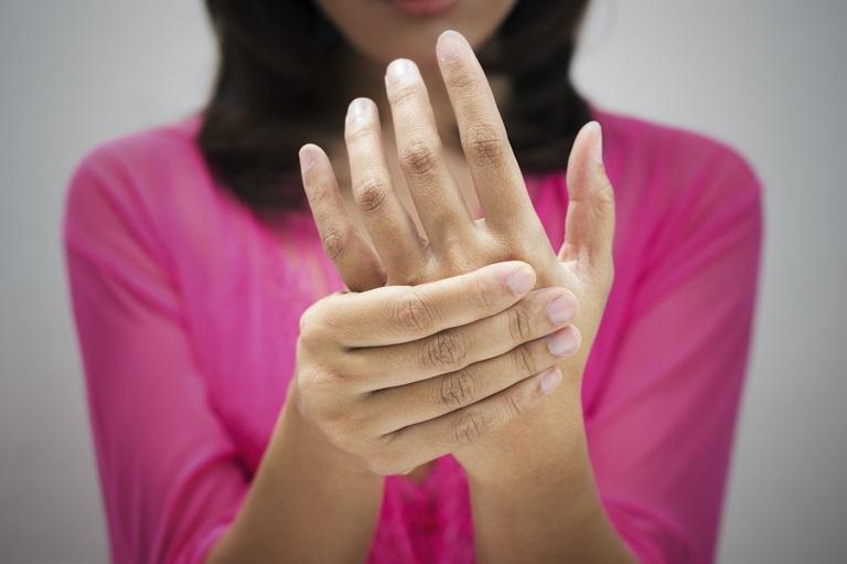 bệnh phong thấp thường mắc phải các triệu chứng như tê tay, tê chân, cứng khớp