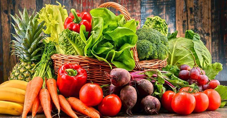 Ăn nhiều rau xanh và trái cây tươi là một trong những biện pháp giúp phòng ngừa bệnh chàm