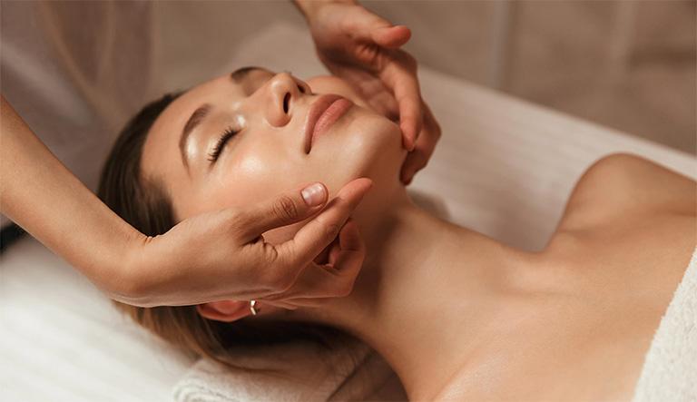 Massage mặt là thủ thuật sử dụng lực của các ngón tay tác động lên cơ mặt giúp kích thích dẫn lưu dịch ở xoang - mũi, loại bỏ chất dịch ứ đọng ở hốc xoang và ngăn ngừa tình trạng bội nhiễm