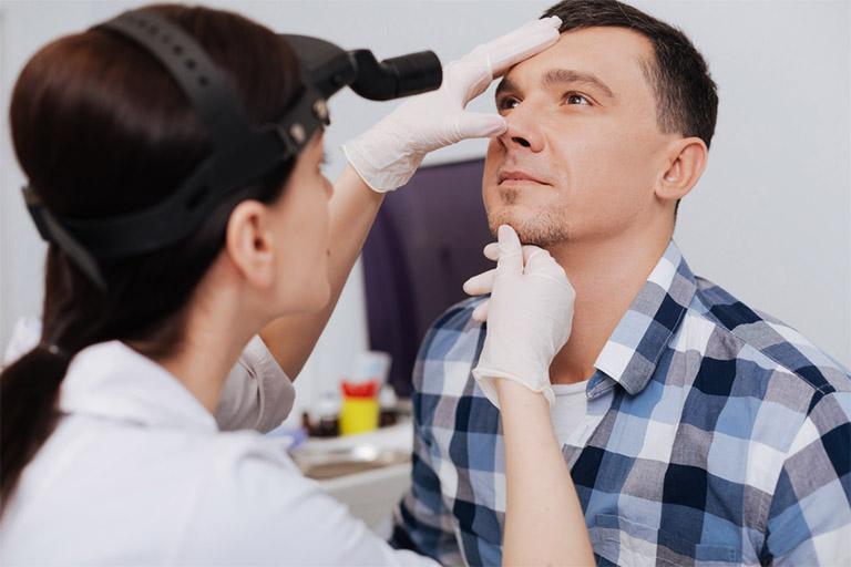 Bệnh nhân cần chủ động tìm gặp bác sĩ chuyên khoa nếu nghi ngờ tình trạng viêm xoang tiến triển sang giai đoạn nặng nề