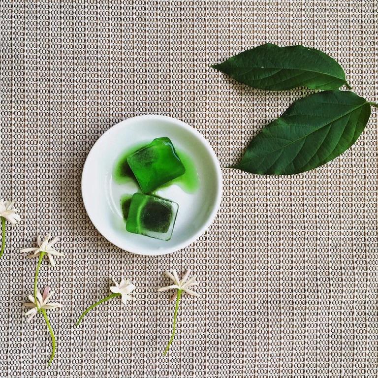 Trà xanh có tác dụng kháng khuẩn, chống viêm thích hợp để điều trị viêm da dị ứng mỹ phẩm