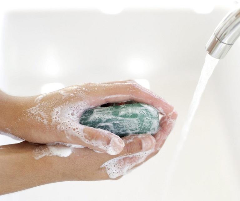 Tiếp xúc với các chất tẩy rửa mạnh cũng gây nên bệnh chàm tiếp xúc