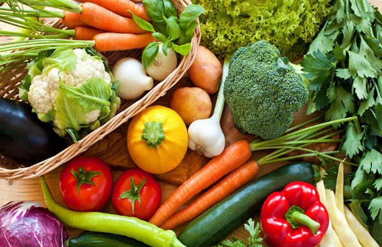 Nên ăn nhiều rau xanh và trái cây tươi khi bị viêm da dầu có mu