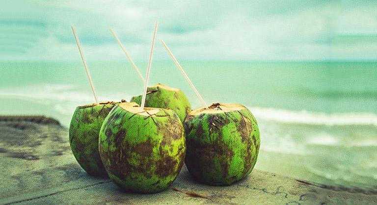 Bị bệnh trĩ có nên uống nước dừa