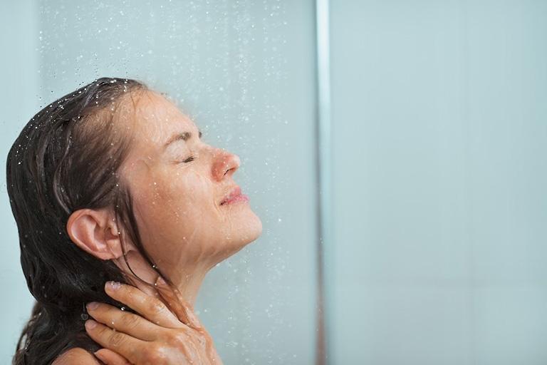 Vệ sinh cơ thể sạch sẽ hàng ngày để phòng ngừa bệnh chàm hóa da