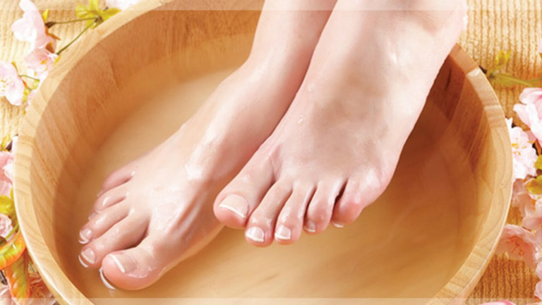 Thực hiện những bài thuốc bằng cách kết hợp sắc một số loại dược liệu. Ngâm, rửa vùng da bị mẩn ngứa trong nước thuốc để khỏi bệnh.