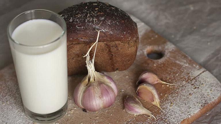 Uống sữa tỏi cũng có thể làm giảm được các triệu chứng bệnh viêm họng