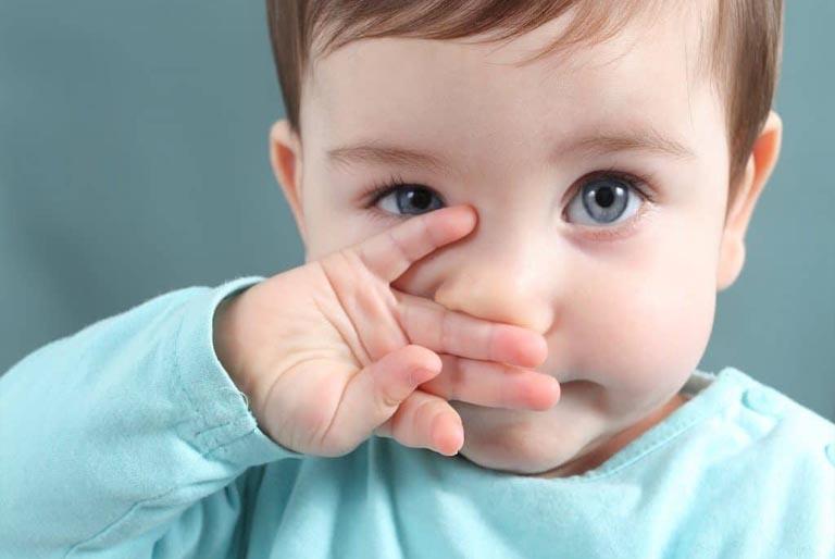 Trẻ bị viêm tai giữa có nên rửa mũi