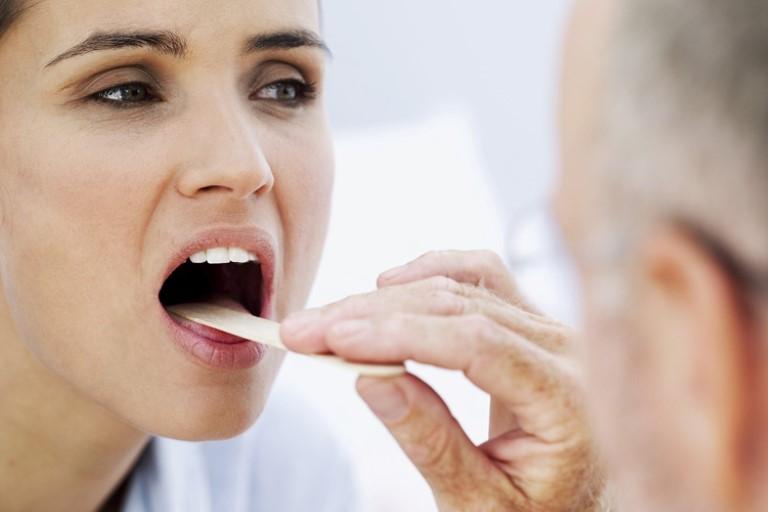 Khám bệnh khi bị đau họng