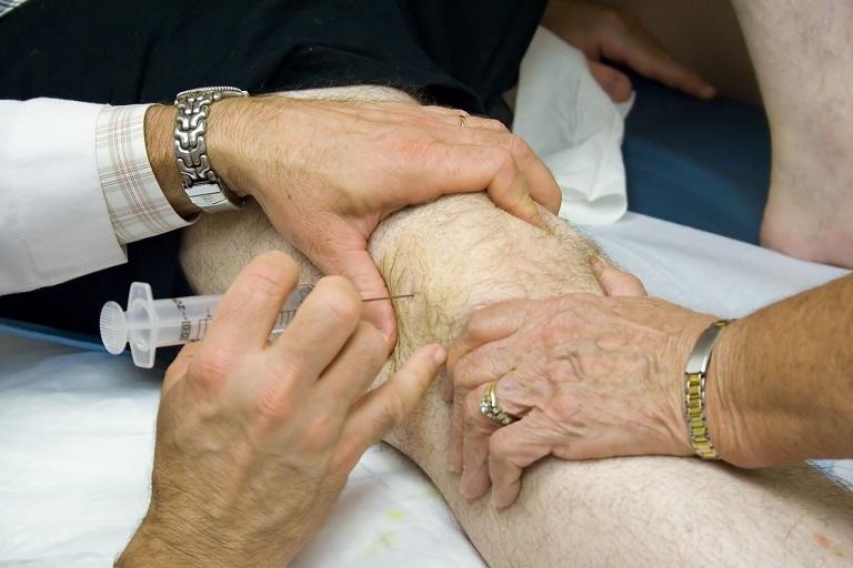 Điều trị bằng thuốc giúp giảm các triệu chứng đau, nhức