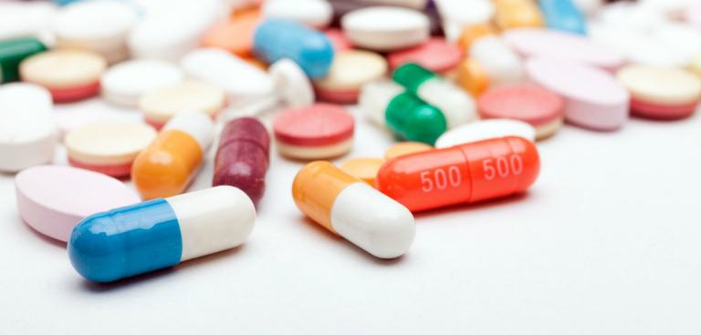 Người bệnh mề đay có thể uống tạm một số loại thuốc giảm ngứa, kháng viêm,... để cải thiện tình trạng mẩn ngứa.