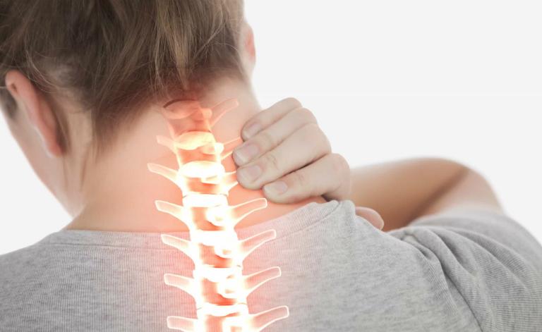 Người bị thoát vị đĩa đệm cột sống cổ có thể điều trị bằng phẫu thuật thay đĩa đệm nhân tạo.