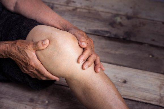 Sưng khớp đầu gối là dấu hiệu của một số bệnh như viêm khớp, chấn thương