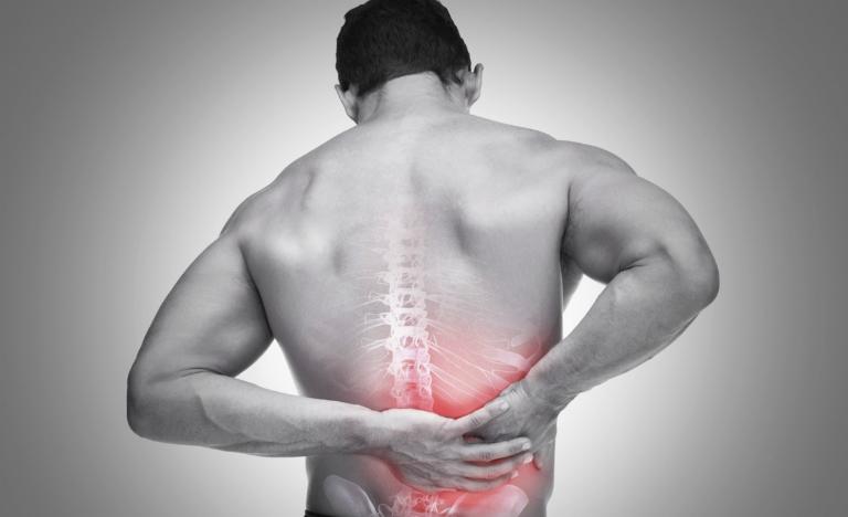 Bệnh thận yếu có thể nhận biết qua những triệu chứng như đau lưng, mệt mỏi, trong nước tiểu có máu, đi tiểu nhiều,...