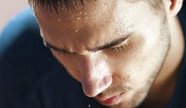 Bị nổi mề đay khi ra nhiều mồ hôi có thể là dấu hiệu của bệnh mề đay cholinergic