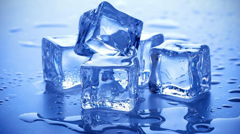 Chườm lạnh giảm triệu chứng nổi mề đay trên mặt