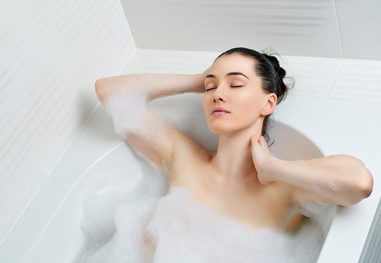 Tắm nước ấm giúp xương khớp được thư giãn, giảm áp lực, cải thiện chứng phong thấp sau sinh