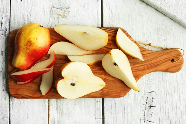 Qủa lê có chứa nhiều vitamin và chất kháng khuẩn, có tác dụng làm dịu các cổ họng, giúp giảm nhanh các cơn ho thông thường, ho có đờm