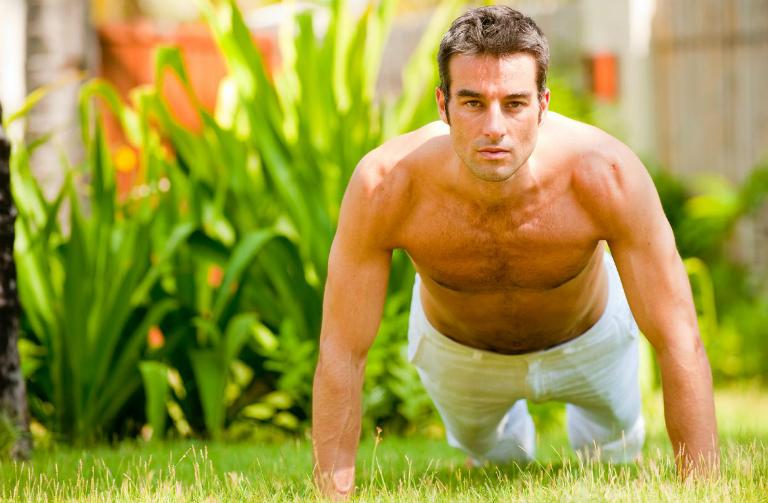 Tại nhà, người bệnh nên tập luyện thể dục thể thao thường xuyên, ăn uống đầy đủ chất, chia sẻ tâm sự với bạn đời,... để tình trạng liệt dương nhanh chóng hồi phục hơn.