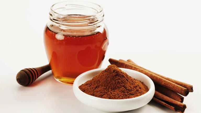Sử dụng mật ong và bột quế ít trị đau vai gáy ít người biết đến