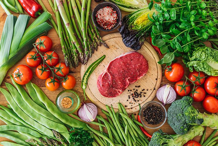Bổ sung nhiều rau xanh, củ quả tươi trong mỗi bữa ăn hằng ngày để phòng bệnh phong thấp