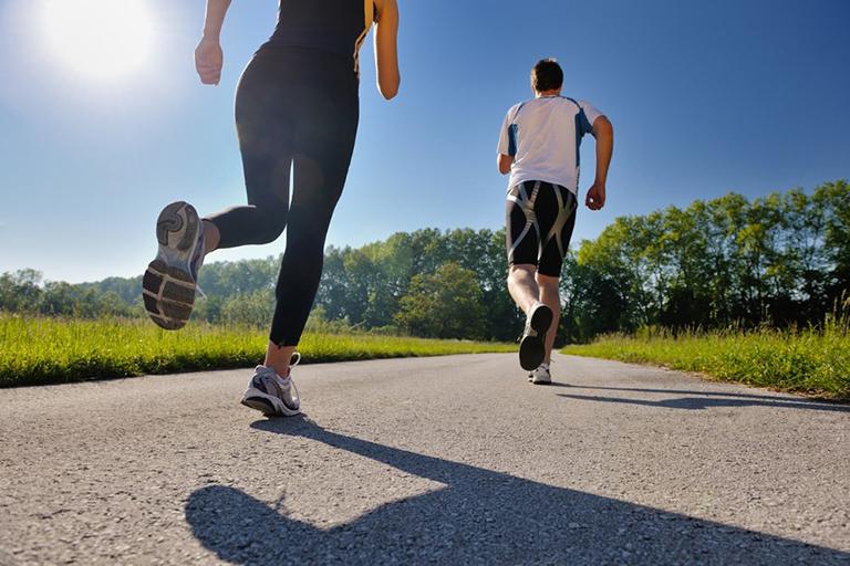 Mỗi ngày dành 30 - 45 phút để vận động cơ thể, tăng cường sức khỏe xương, phòng tránh bệnh phong thấp