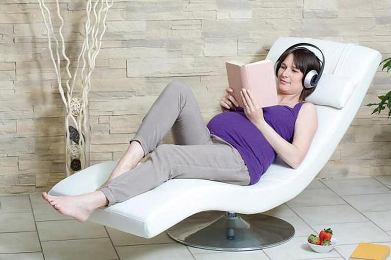 Giữ tâm trạng thoải mái, vui vẻ để hạn chế nguy cơ bị đau mỏi vai gáy trong giai đoạn mang bầu