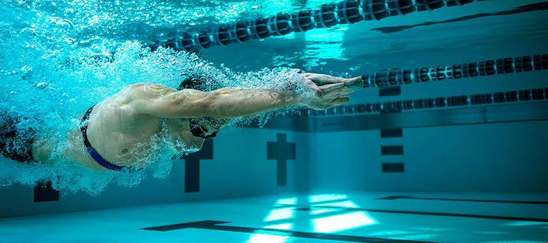 Bơi lội là một trong những bài tập cải thiện rối loạn cương dương ở nam giới