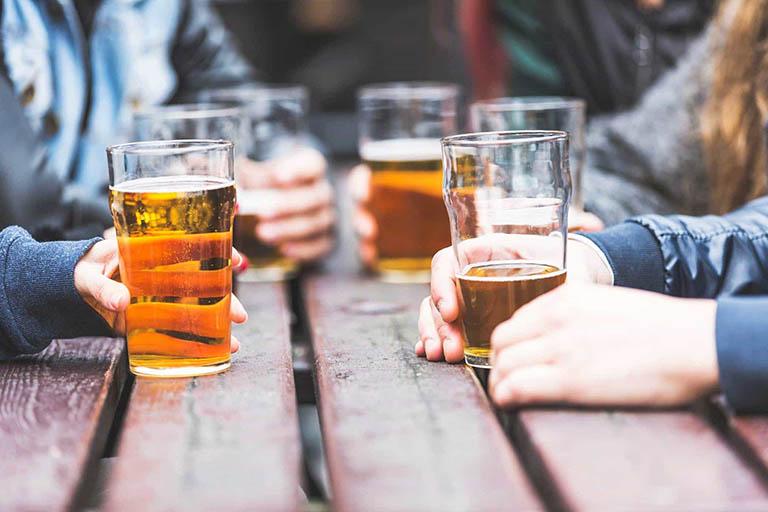 Rượu bia và các chất kích thích là một trong những nguyên nhân gây rối loạn cương dương ở nam giới