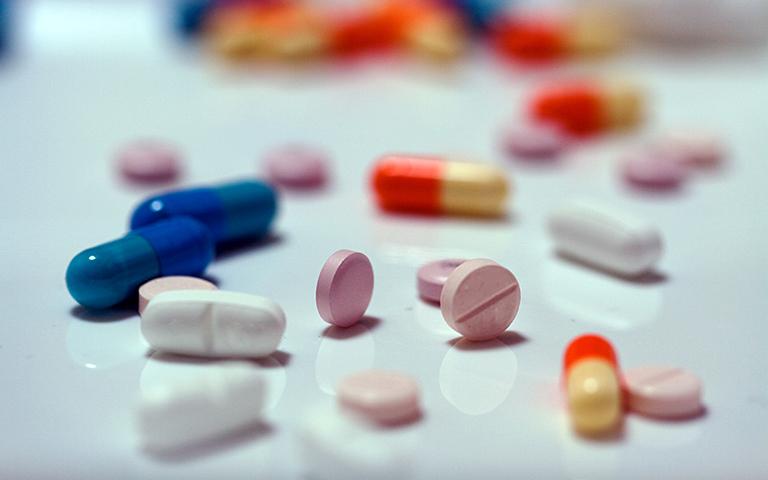 Bác sĩ có thể chỉ định cho bệnh nhân sử dụng các loại thuốc giảm đau, kháng viêm để chữa bệnh