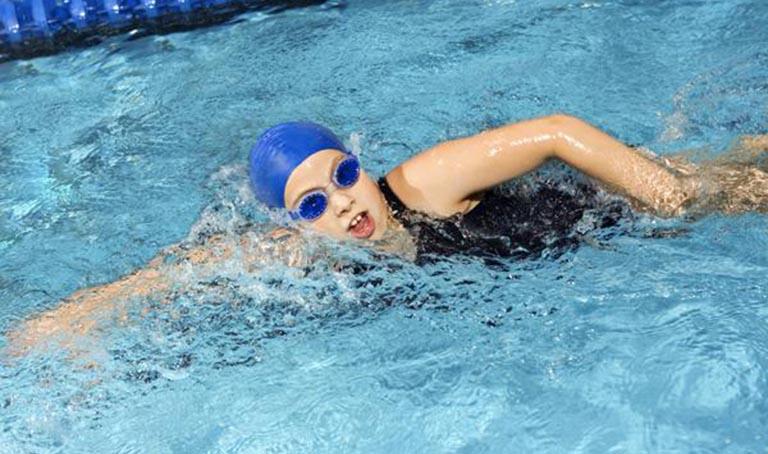 Bơi lội có tác dụng hỗ trợ điều trị đau vai gáy rất tốt