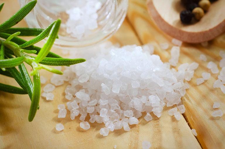 Kết hợp muối trắng và lá đu đủ có thể giảm đau khớp gối cho bệnh nhân