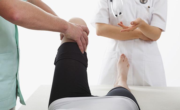 Tập các bài tập phục hồi chức năng là cách chữa đau khớp gối ở người già tại nhà