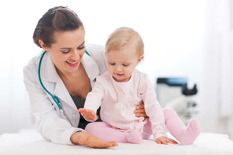 Nên đưa bé đi khám để được chỉ định điều trị khi thấy các biểu hiện bất thường
