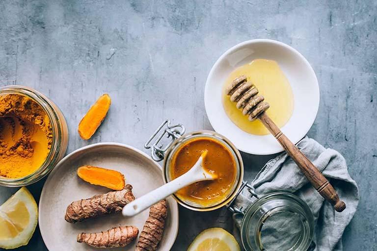Các cơn đau bụng, co thắt dạ dày cần được đẩy lùi khi bạn sử dụng kiên trì các bài thuốc từ nghệ vàng và mật ong